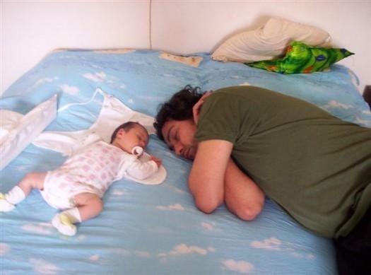 Tata i beba spavaju