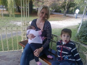 Fotograqfija 90: mama Mirjana, beba Lola i brat Aleksa